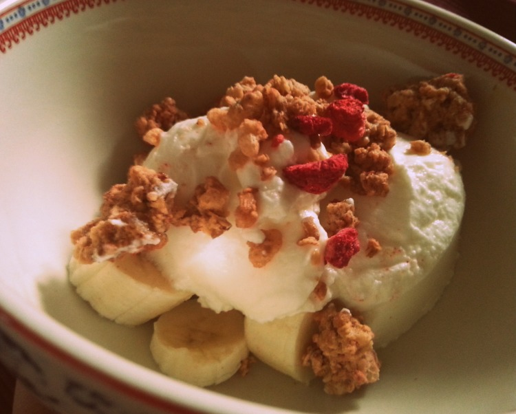 Bananas covered with goat yoghurt and a topping of deliciously sweet cereals!