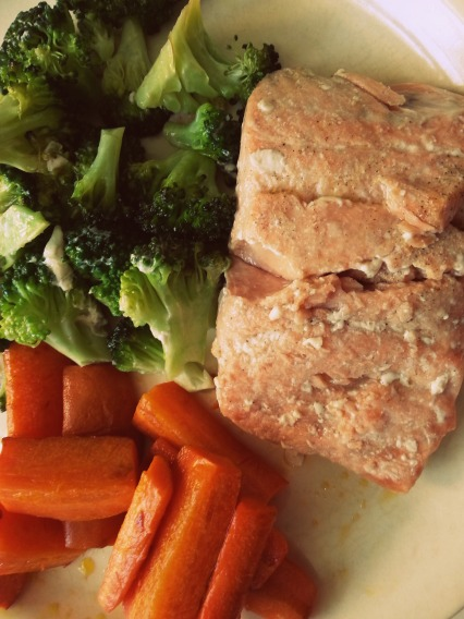 salmon wild with steamed broccoli and buttered carrots